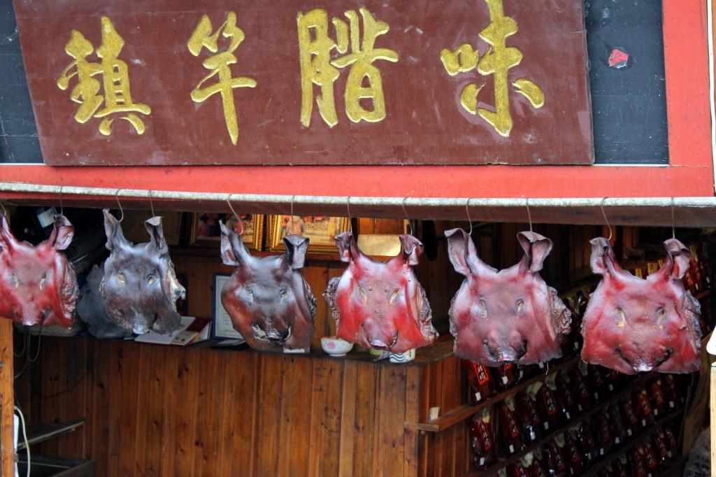 Plattgeklopfte Schweineköpfe