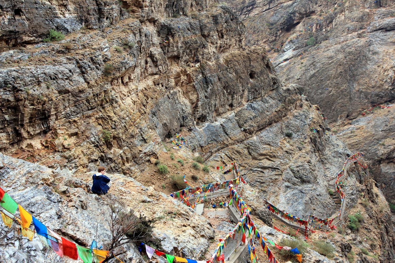 Holprige Fahrt über Stock und Stein zu den Höhlentempeln
